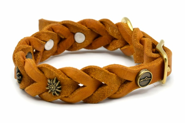 Lederhalsband Tender OPULENT in cognac mit goldfarbenen Edelweiss Schmucknieten