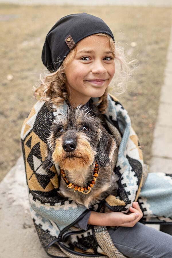 Partnerlook mit Deinem Hund (schwarze Beanie / Halsband black mamba EBONY und Bernsteinkette)