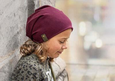 Lia mit Beanie Burgunder und goldfarbenem Herz